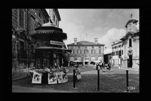 Piazza Canossa con l'edicola liberty
