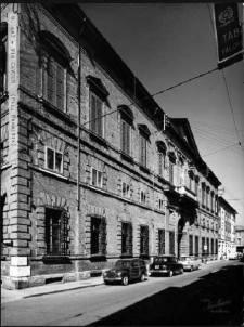 La facciata dell'Albergo Reale